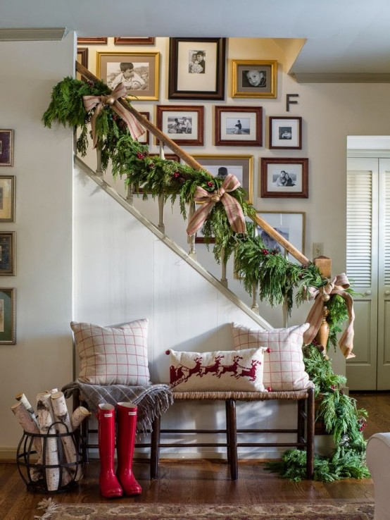 welcoming-and-cozy-christmas-entryway-decor-ideas-9-554x738