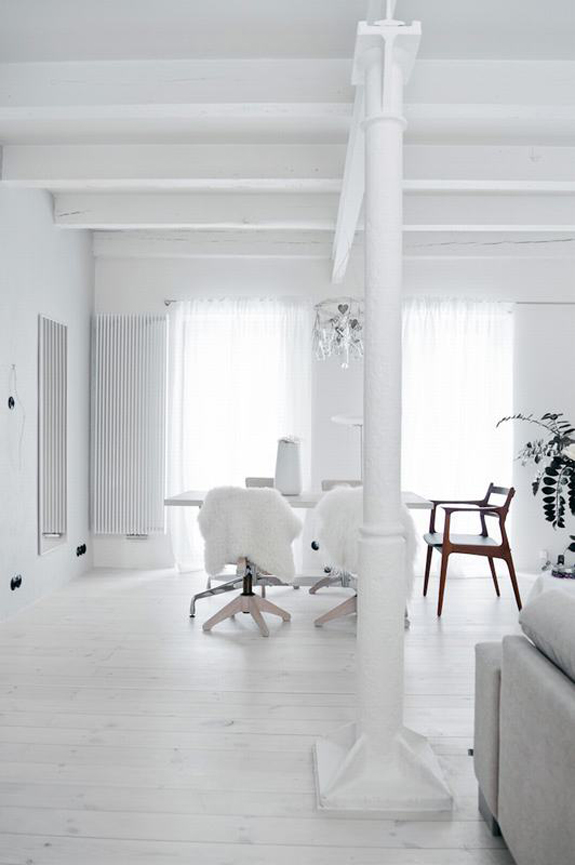 all-white-mid-century-modern-home-with-a-scandi-feel-10