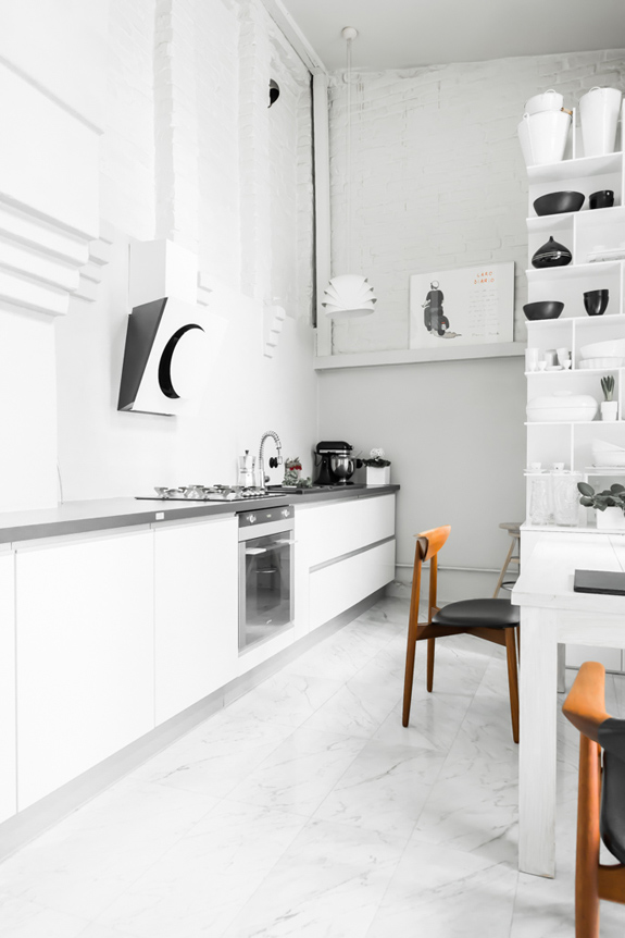 all-white-mid-century-modern-home-with-a-scandi-feel-12