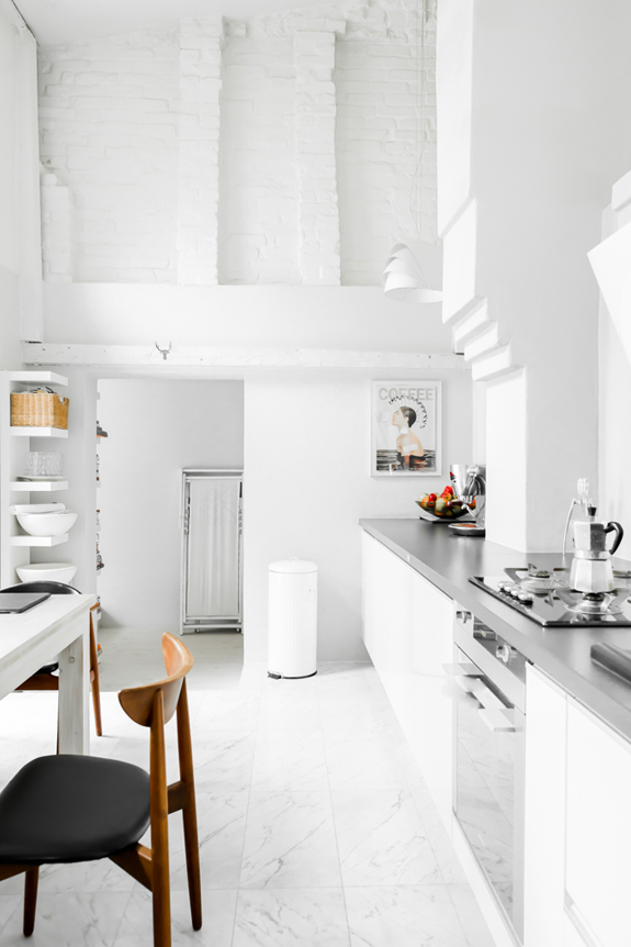 all-white-mid-century-modern-home-with-a-scandi-feel-13
