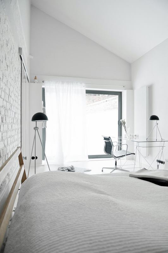 all-white-mid-century-modern-home-with-a-scandi-feel-15