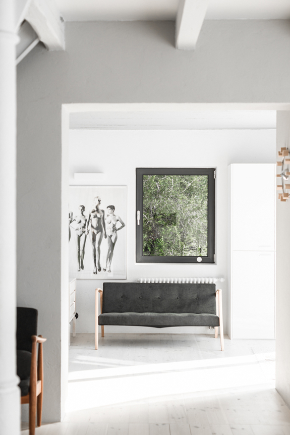 all-white-mid-century-modern-home-with-a-scandi-feel-8