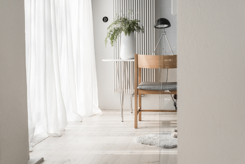 all-white-mid-century-modern-home-with-a-scandi-feel-9