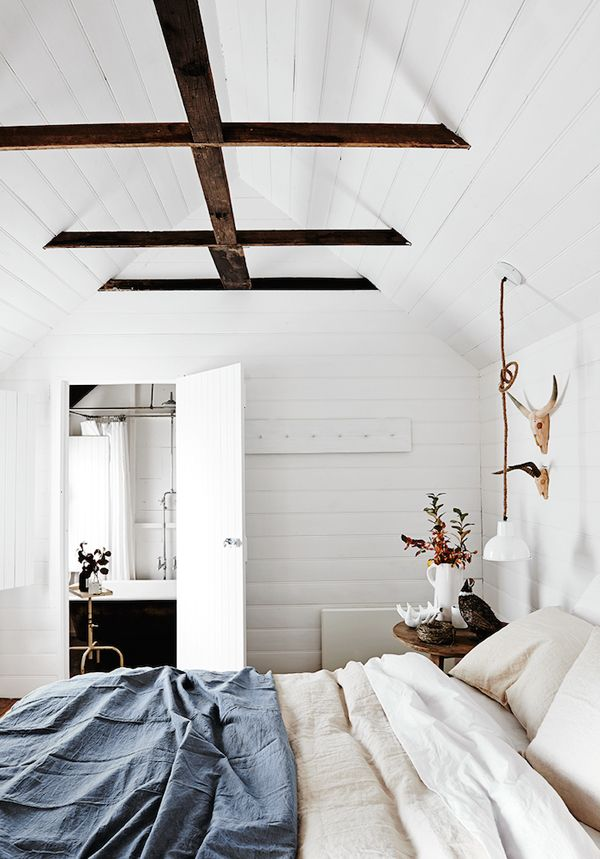 chic-bedroom-designs-with-exposed-wooden-beams-1