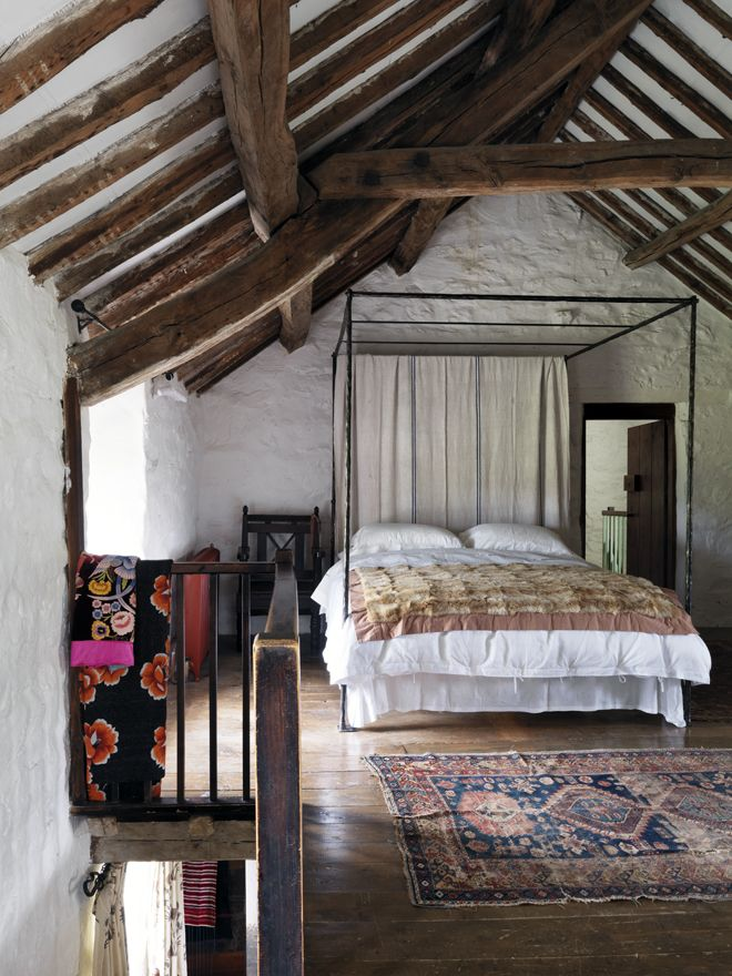 chic-bedroom-designs-with-exposed-wooden-beams-27