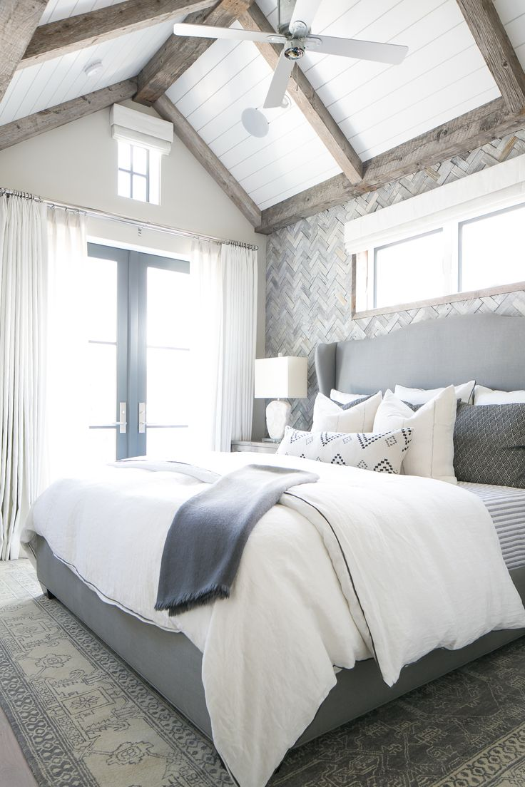 chic-bedroom-designs-with-exposed-wooden-beams-4