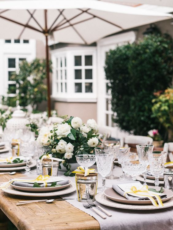 outdoor-table-setting-for-a-gender-neutral-baby-shower