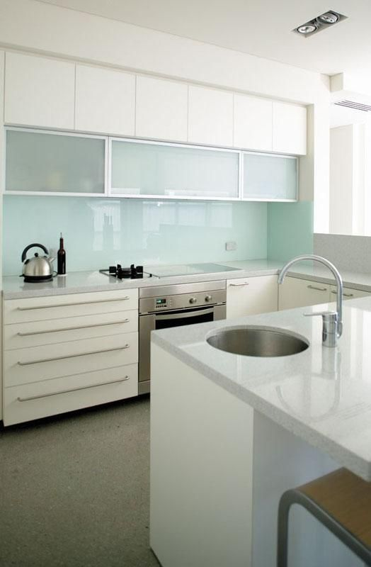 trendy-minimalist-solid-glass-kitchen-backsplashes-1