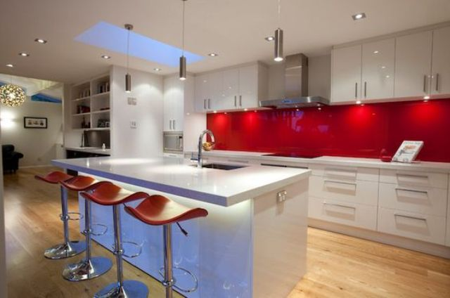 trendy-minimalist-solid-glass-kitchen-backsplashes-19