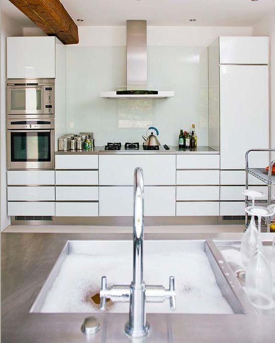 trendy-minimalist-solid-glass-kitchen-backsplashes-26