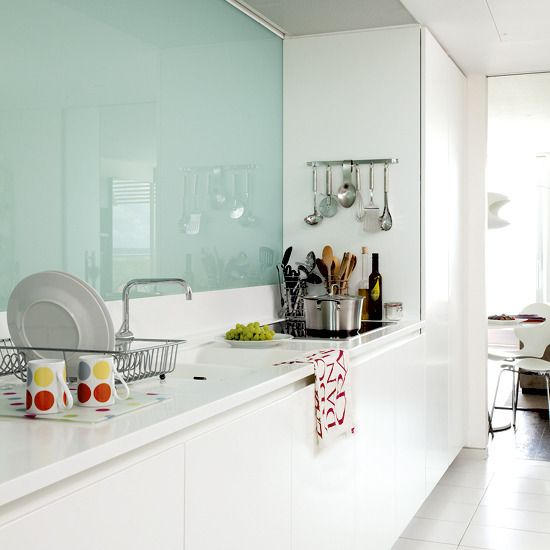 trendy-minimalist-solid-glass-kitchen-backsplashes-27