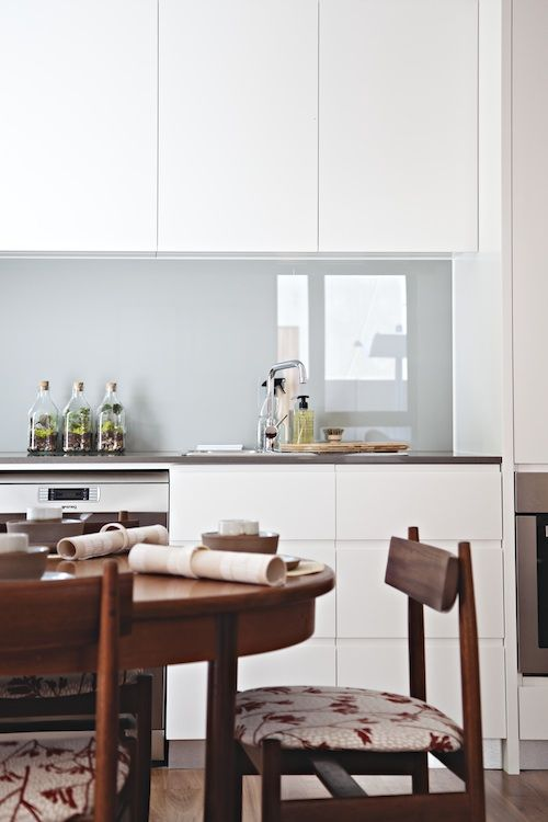 trendy-minimalist-solid-glass-kitchen-backsplashes-3