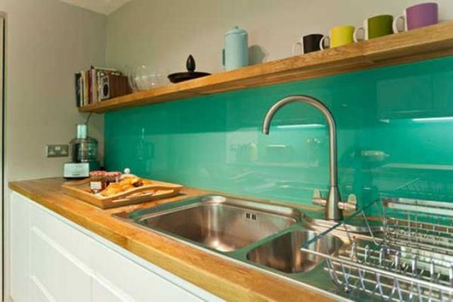 trendy-minimalist-solid-glass-kitchen-backsplashes-7