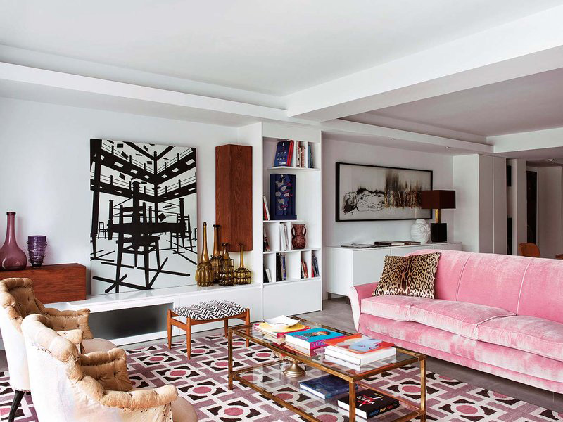 02-This-pink-sofa-is-an-incredible-idea-that-works-here-thanks-to-the-rug-that-echoes-it-with-colors