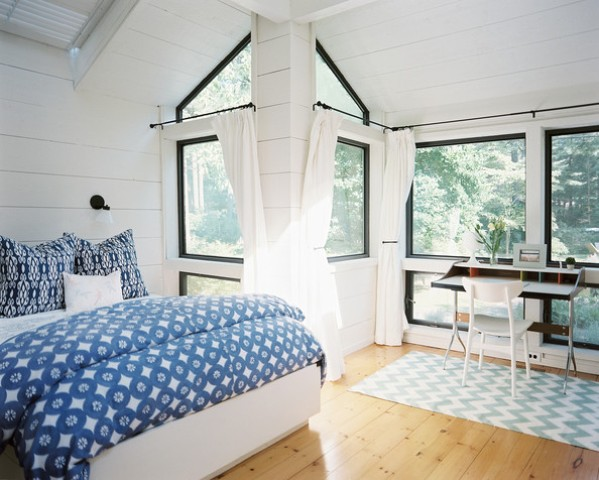02-airy-bedroom-with-a-home-office-nook-by-the-window