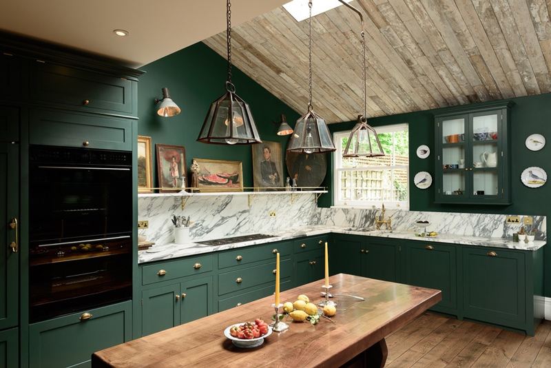 03-Brass-touches-accentuate-the-furniture-and-make-the-kitchen-look-more-stylish