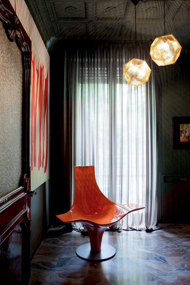 06-The-bathroom-displays-the-statuette-armchair-Lloyd-Schwan-for-Cappellini-and-Etch-fixtures-of-TomDixon