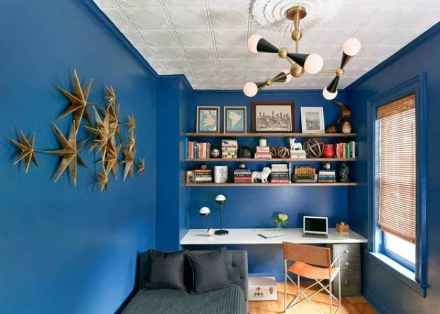 07-The-home-office-is-dazzlign-blue-with-a-cool-lamp-and-a-3D-wall-art