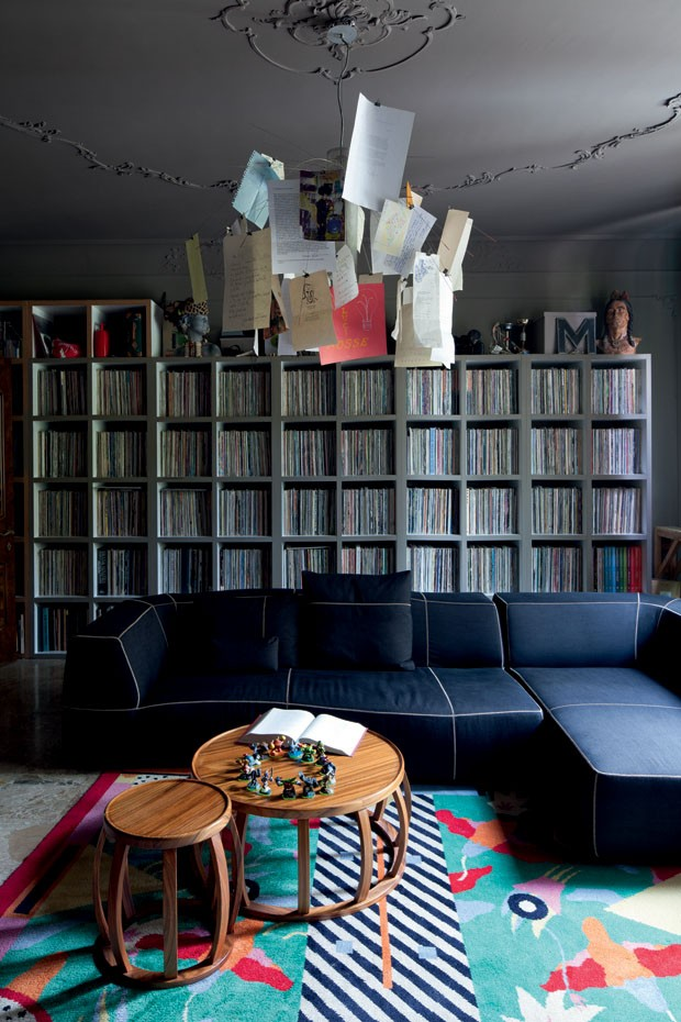 09-The-Bend-Sofa-by-Patricia-Urquiola-matches-coffee-and-side-tables-Lotus-and-Zettelz-6-lamp-by-Ingo-Maurer-transformed-into-family-scrapbook-there-are-10000-vinyls-on-the-shelf