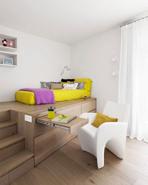 02-bed-placed-on-a-wooden-podium-to-separate-it-from-the-rest-of-the-room