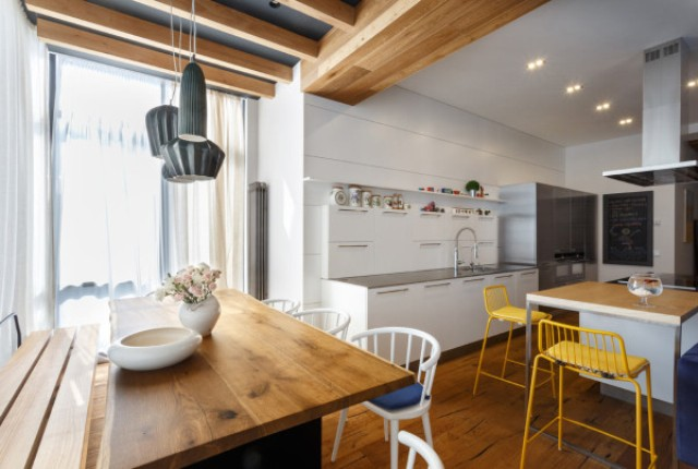 04-The-wood-is-extensively-used-to-make-the-apartment-cozier-and-warmer