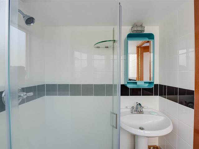 05-The-bathroom-has-everything-necessary-and-here-turquoise-accents-help-to-accentuate-the-space