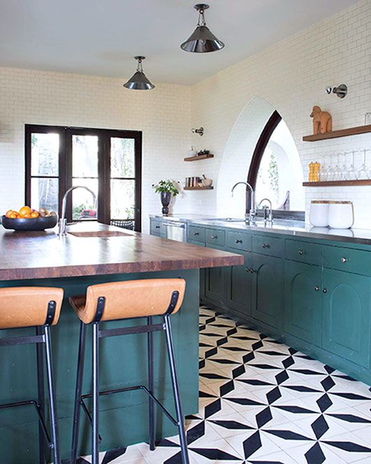 06-black-and-white-patterned-tile-make-the-whole-kitchen-decor