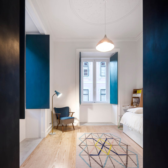 11-The-use-of-shades-of-blue-and-a-geometrical-rug-in-this-room-makes-it-unusual