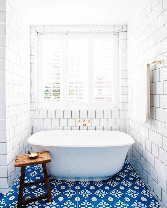 12-adorable-blue-and-white-floor-tiles-make-a-statement-in-this-bathroom
