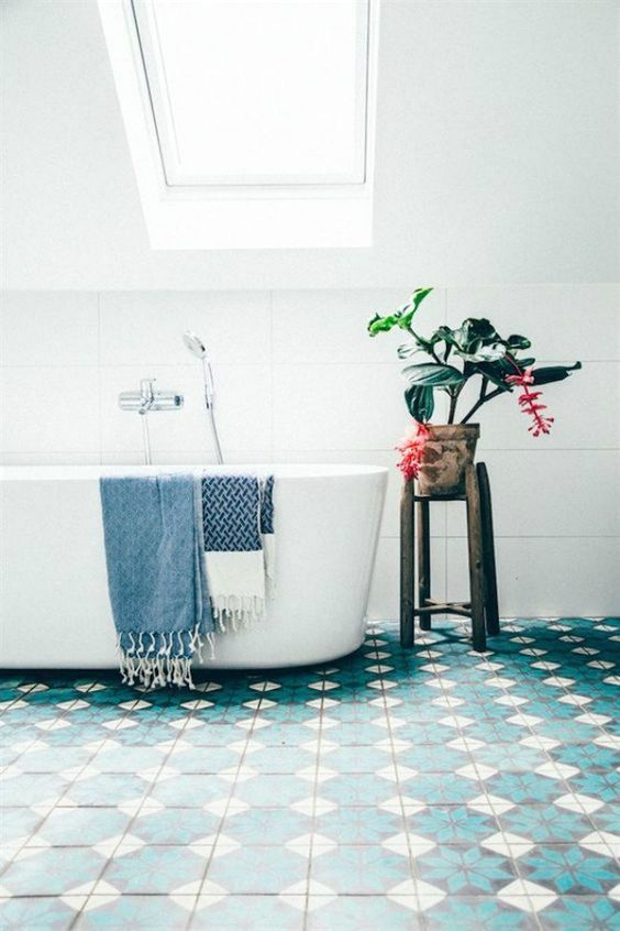 17-blue-tiles-to-keep-the-room-looking-lively-without-having-to-over-decorate
