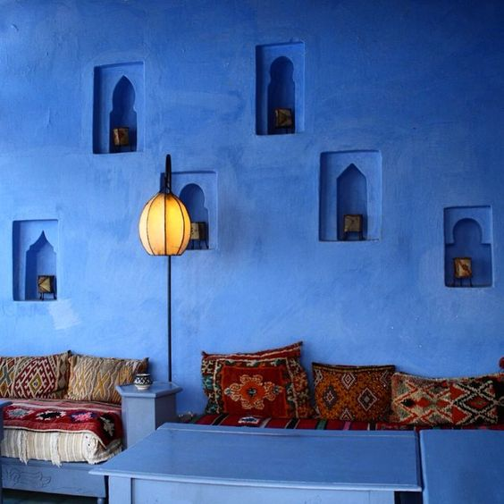 17-blue-walls-with-niche-lanterns-and-bright-textiles