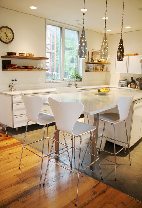 18-Kitchen-table-and-chairs-marking-the-switch-between-the-floors