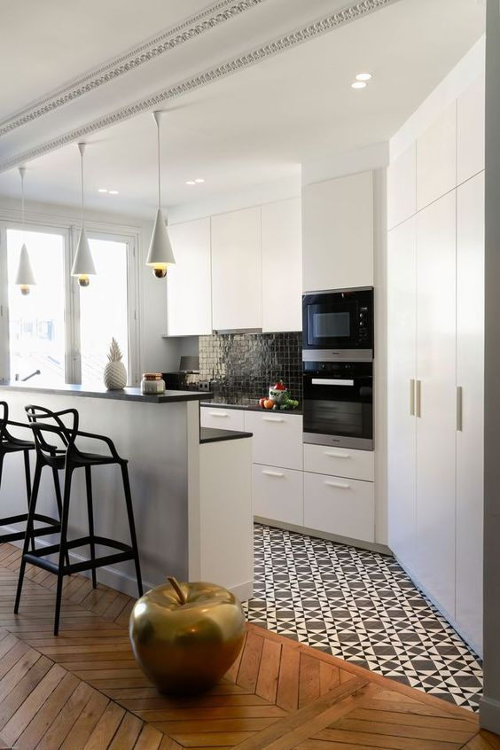 20-Kitchen-island-to-mark-the-boundary-between-the-wooden-and-tile-floors