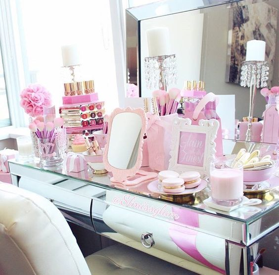 20-teen-vanity-station-with-lots-of-pink-to-feel-a-princess