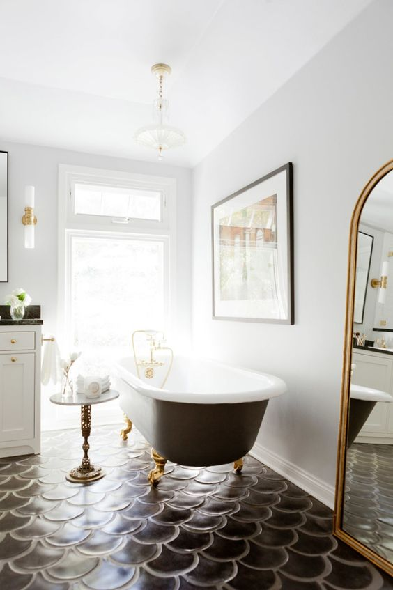 20-these-black-scallop-tiles-totally-make-the-bathroom