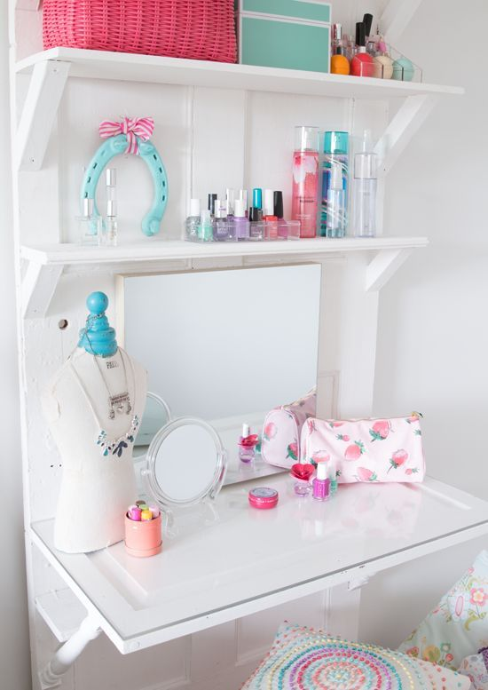 22-small-vanity-nook-with-shelves-for-storing-makeup