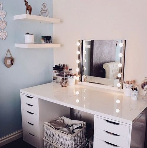 26-corner-vanity-with-lights-to-make-a-teen-girl-feel-like-a-star