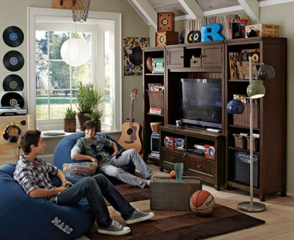 29-entertainment-wall-and-bean-bags-for-a-teen-hangout