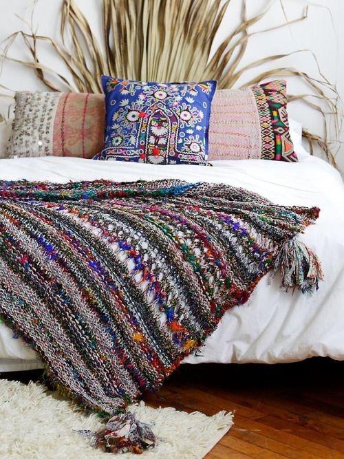 31-traditional-woven-blanket-and-pillows