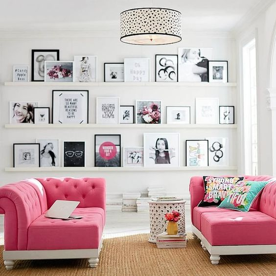 32-glam-hangout-nook-with-pink-sofas-and-a-gallery-wall