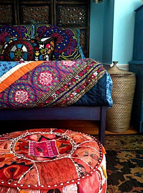 34-bold-bedding-bedspread-and-fabric-pouf