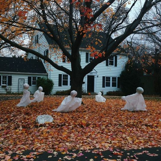 04-fabric-and-foam-ghosts-in-the-front-yard
