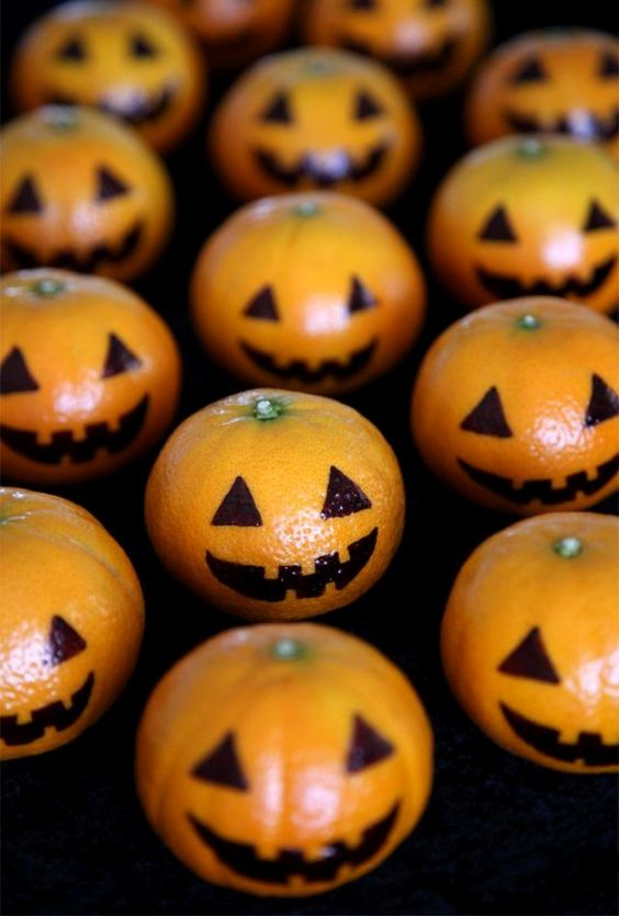 04-mandarins-decorated-as-pumpkin-jack-o-lanterns-will-excite-your-guests