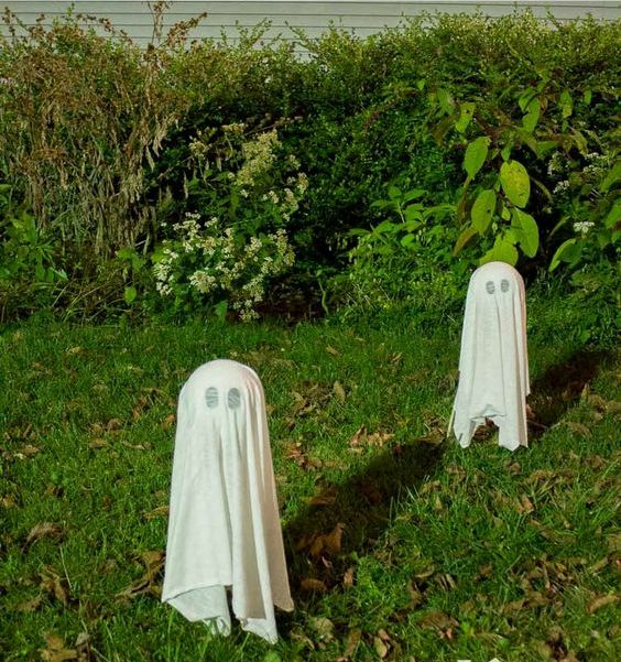 06-such-floating-ghosts-are-a-perfect-last-minute-backyard-decoration