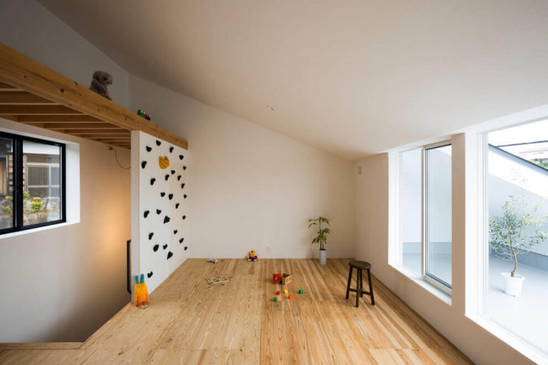 08-A-small-kids-play-space-is-opened-to-a-private-courtyard-and-theres-a-sliding-door-or-window-to-go-there-775x517