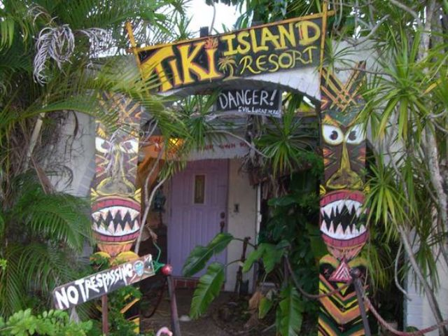 30-retro-tiki-party-decor-for-your-entrance