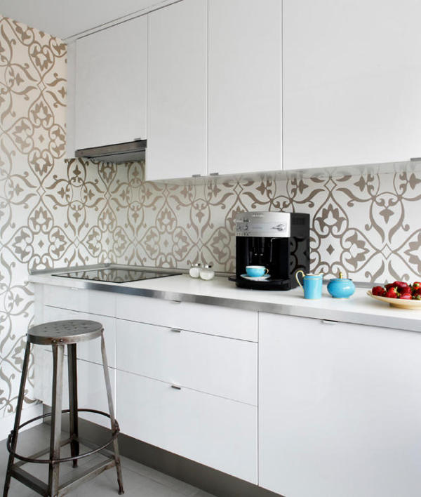04-The-kitchen-is-modern-with-a-glam-twist-which-is-expressed-by-silver-patterned-wallpaper
