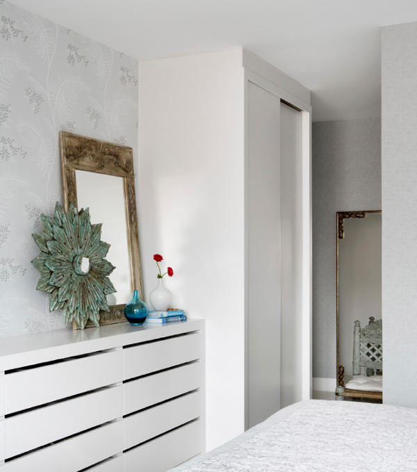 07-The-storage-is-done-in-white-for-a-sleek-look
