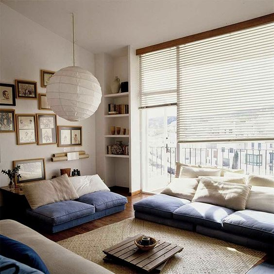 07-light-living-room-in-cream-with-blue-accents