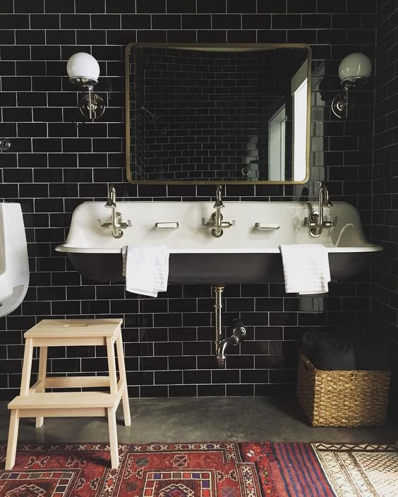 09-black-subway-tiles-perfectly-fit-this-mid-century-modern-bathroom